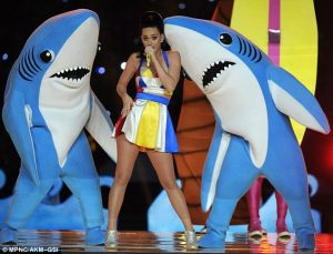 25422CBE00000578-0-Katy_and_her_sad_sharks_Miss_Perry_had_two_backing_dancers_dress-m-13_1422874618329